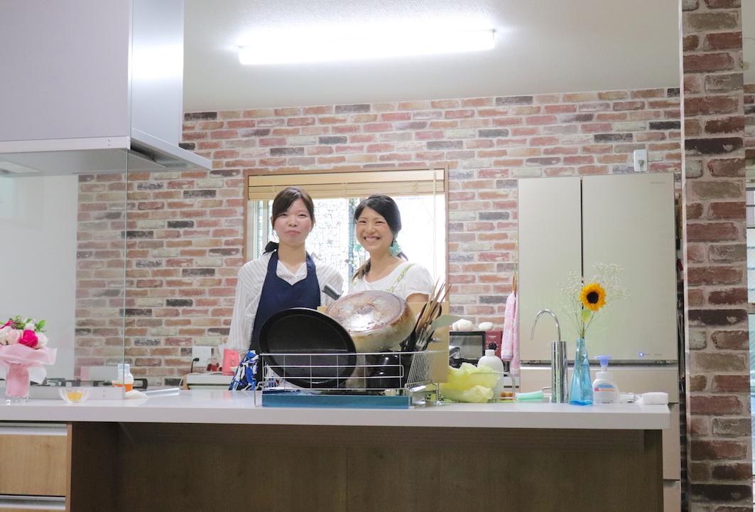 マンツーマン和食料理教室のコースレッスンに通っている生徒さんと、レシピから卒業する和食料理教室の主宰である管理栄養士marieが写っている。